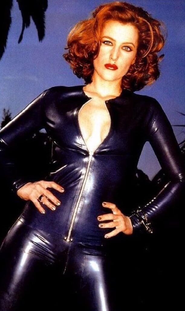 Gillian Anderson sexy cleavage pictures (4)