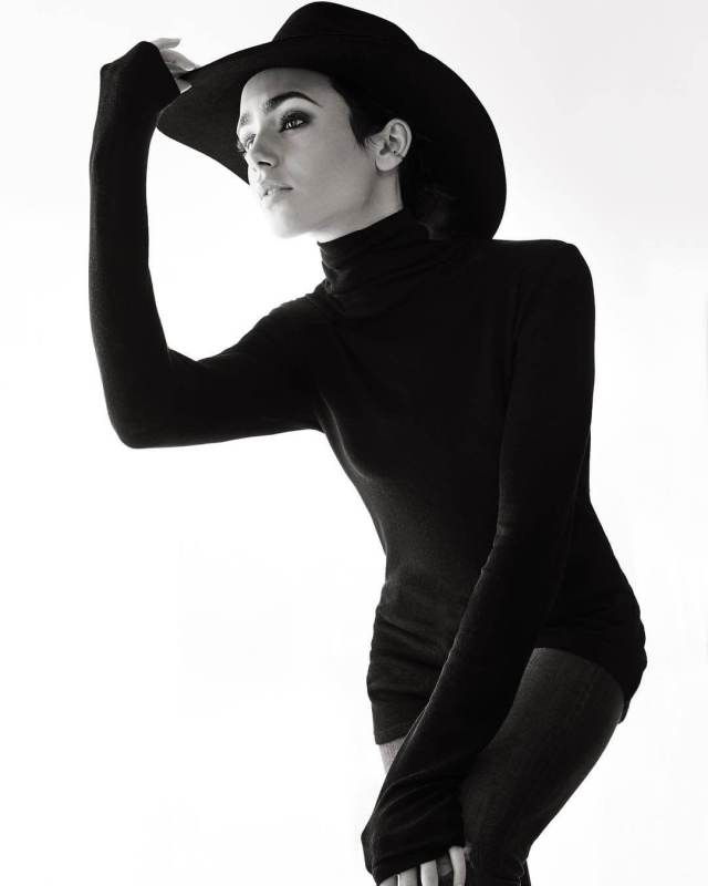 Lily Collins hot picture (2)