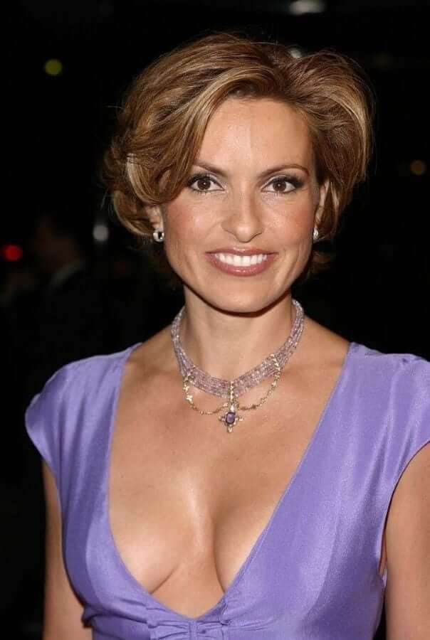 Mariska Hargitay hot cleavage pics