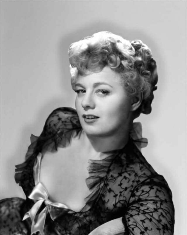 Shelley Winters hot cleavage pics (1)