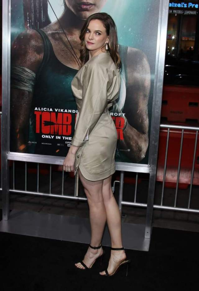 danielle panabaker side pose (3)