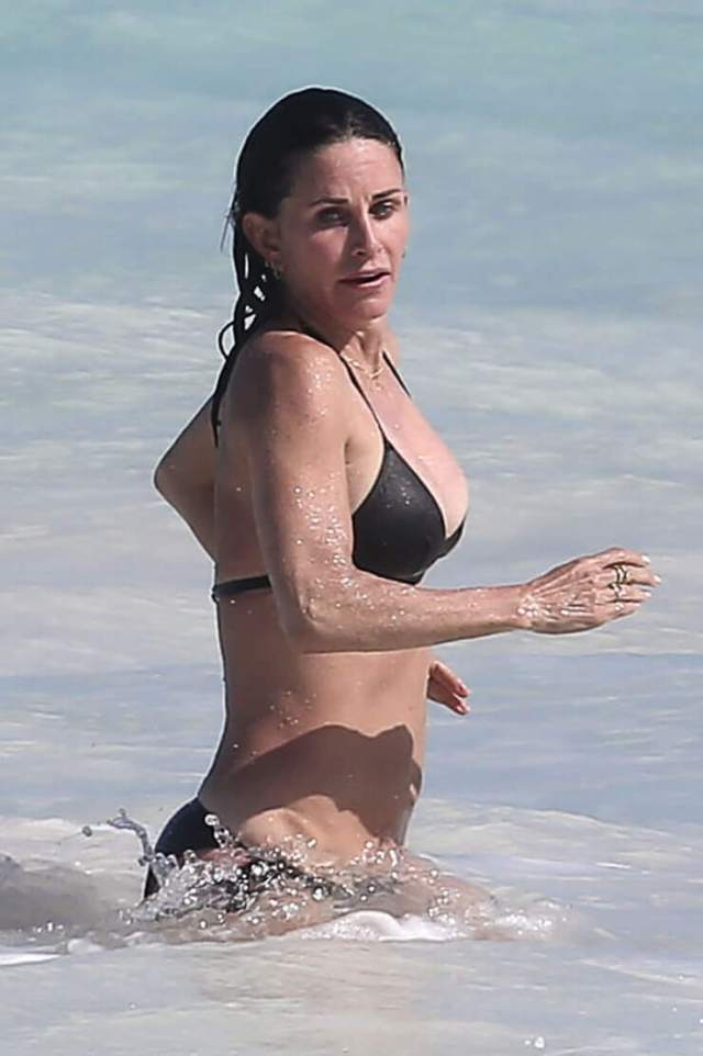 Courteney Cox hot side pic