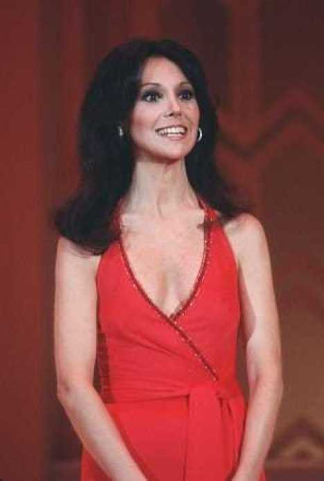 Marlo Thomas sexy cleavage (2)