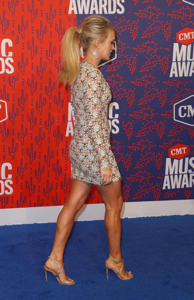 carrie underwood side pose
