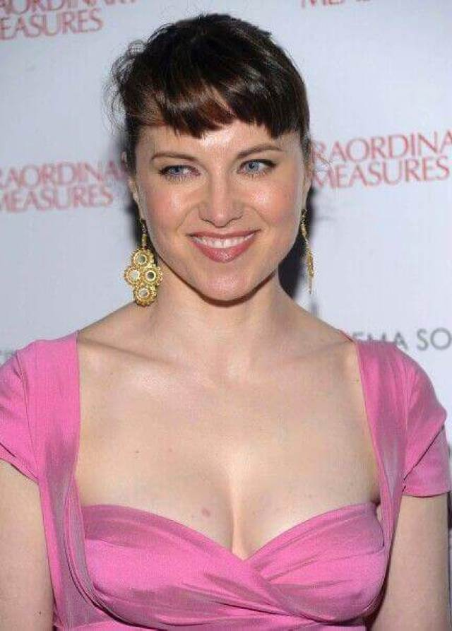 lucy-lawless-hot-cleavage