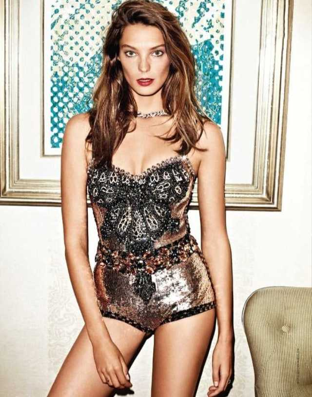Daria Werbowy sexy cleavage pics
