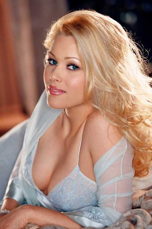 Shanna Moakler hot cleavage pics