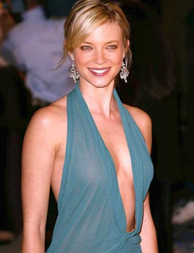 Amy Smart sexy cleavage pictures