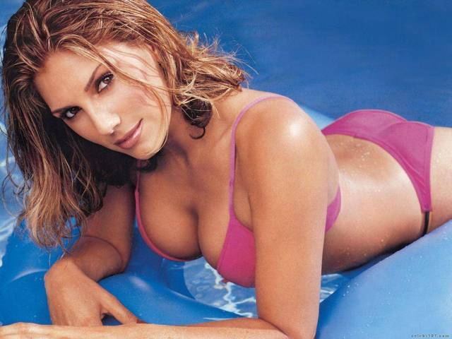 Daisy Fuentes cleavage (2)