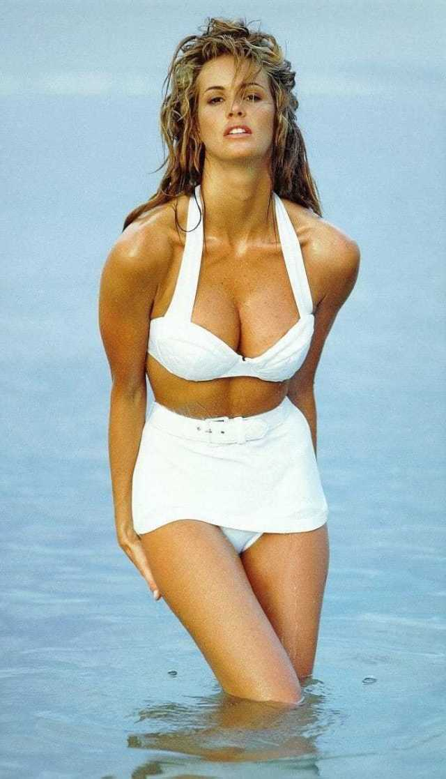 Elle Macpherson cleavage pictures (2)