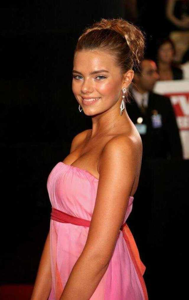 Indiana Evans sexy side boobs pics (2)