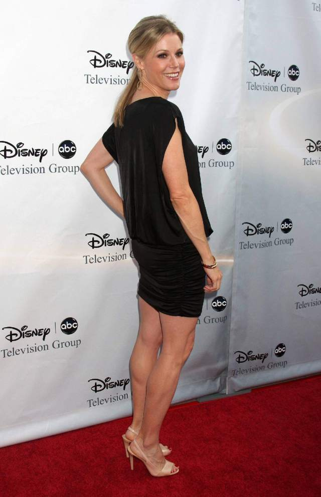 Julie Bowen side pose (2)