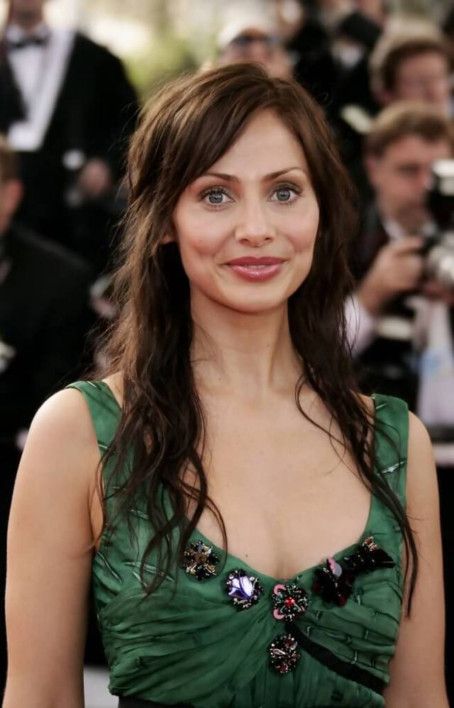 Natalie Imbruglia sexy busty (2)