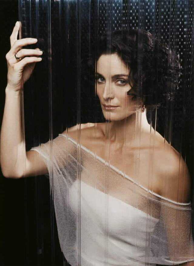 Carrie-Anne Moss hot side pics