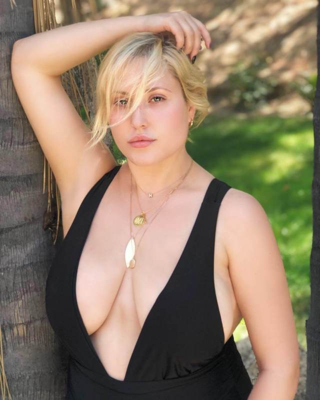Hayley Hasselhoff hot cleavage pics