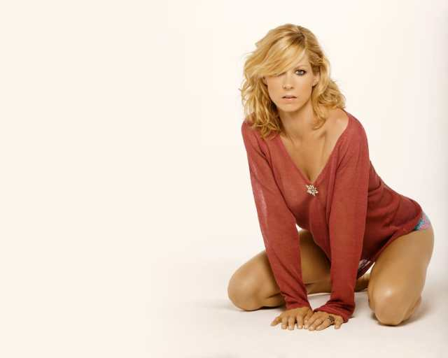 Jenna Elfman beautiful