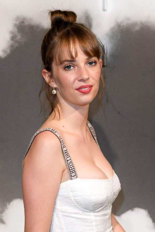 Maya Hawke hot side pics