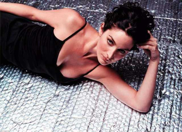 Carrie-Anne-Moss-sexy-busty-pics