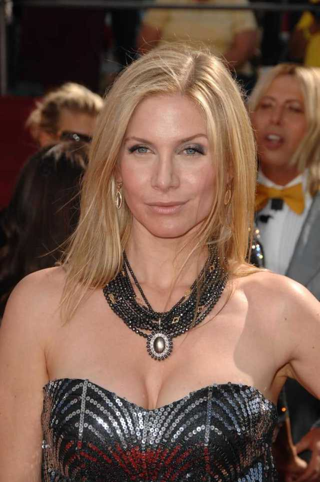 Elizabeth Mitchell big boobs (2)