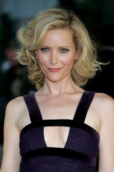 Leslie Mann hot cleavage pic