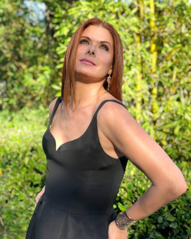 debra-messing-hot-pictures-min