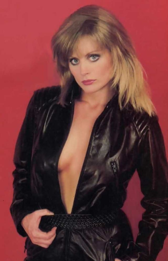 Beverly D'Angelo sexy side boobs pics