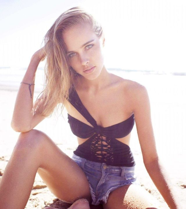 Isabel Lucas cleavages pics