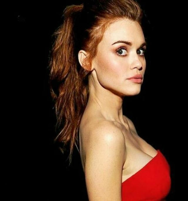 Holland Roden side boobs pics