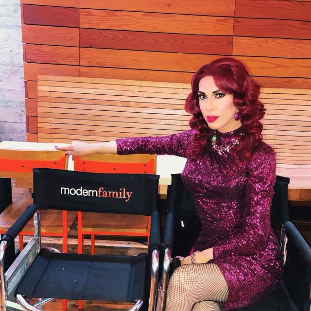 Kelly Mantle sexy thigh pics