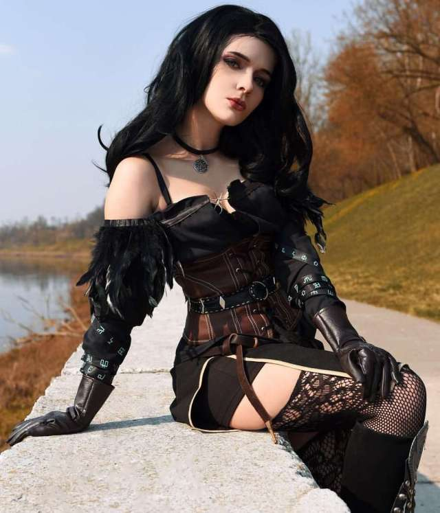 Yennefer sexy look