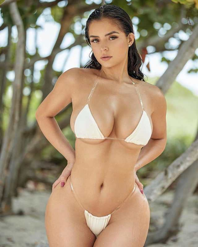 Demi Rose ample cleavage