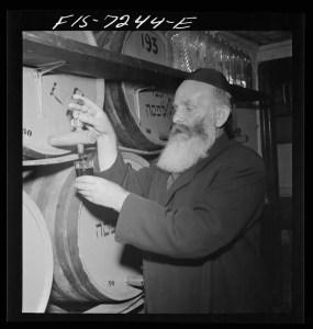 Rabbi_in_a_kosher_wine_shop_8d21905v