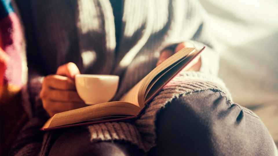 how to love reading? In this post, I'm going to share with you 3 simple ways to make reading as habit so you can love reading for the rest of your life.