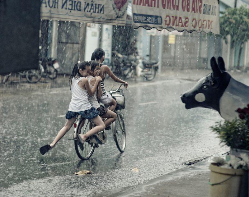 pengalaman masa kecil hujan-hujanan