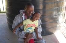 Birøkter Saimon med dattera Elisabeth