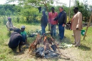Det blir ikke fest uten grillet geit. Grillet på trad Maasai vis