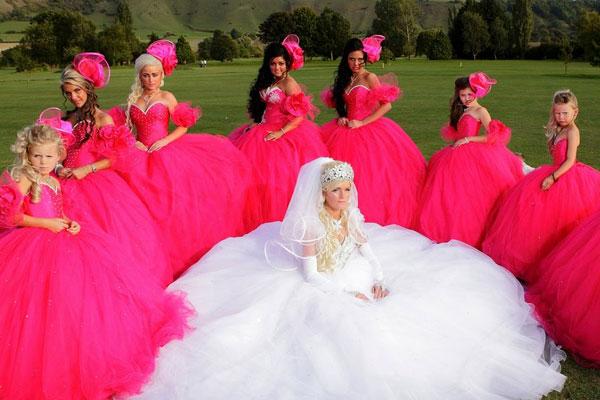 Cosas por las que no debes elegir el vestido de tu boda (ni el de las damas de honor) estando borracha.