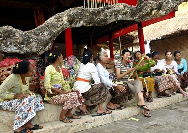 My wife and Balinese Women at Puri Uluwatu, Bali.