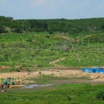 Crateús - Bomba de sucção instalada para puxar água de poços perfurados como uma última tentativa de retirar água do lençol freático do Açude Carnaubal (Fernando Frazão/Agência Brasil)