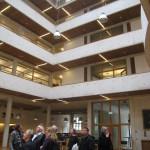 Gyldendalhuset. Studiegruppen beundrar ljusgården. Foto: Anita Stenler