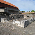 Hamar. Här syns ruinen av den medeltida biskopsborgen, samt de sentida betongramper som adderats till den gamla logen. Foto: Anita Stenler