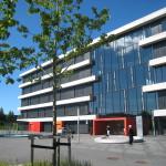 Heyerdahlskolan. Fasad med band av glas och betongelement. Foto: Anita Stenler