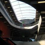 Heyerdahlskolan. Central hall med glastak. Snäckformen uppstår genom att de öppna ovalerna i de olika planen är vridna i förhållande till varandra. Foto: Anita Stenler