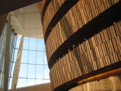 Operan. Varje läktarrad har en egen balkong mot foajén, där publiken kan umgås i pauserna och där små serveringar finns utspridda. Foto: Anita Stenler