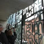 Lärarnas hus – Smyckeskrinet. Gruppen studerar glasfasaden. Foto: Sussie Schwab