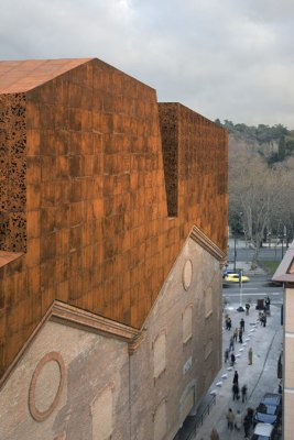 CaixaForum konstcenter i Madrid innefattar väggar från en kraftstation som tidigare stod på platsen. Arkitekt: Herzog & de Meuron. Foto: Duccio Malagamba
