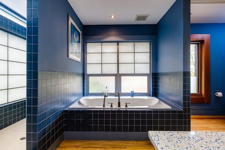 421 The Kingsway - Master Bedroom Ensuite Bathroom Tub