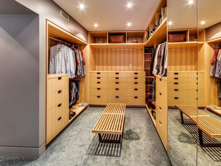 421 The Kingsway - Master Bedroom Walkin Closet