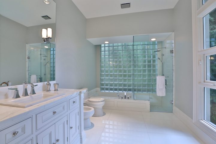 61 The Bridle Path - Bathroom With Garden View
