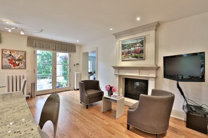 376 Russell Hill Road - Kitchen Seating Area